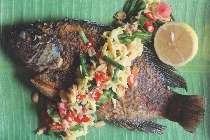 Yam Pla Duk Fu (ยำปลาดุกฟู) Crispy Fish with Green Mango Salad