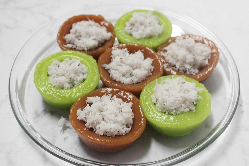 Kuih Kosui (Rice Cakes with Grated Coconut)